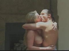 Jolie blonde couche avec son mec