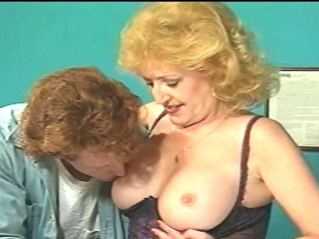Vieille secrétaire bouffe la queue de son boss et lui offre son trou du cul