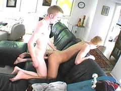 2 jeunes gays qui s\'enculent sur le canapé