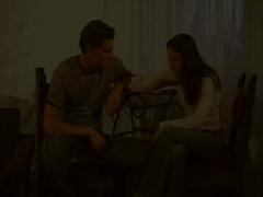 Jeune couple fait l'amour à la maison