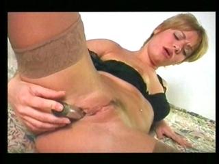Une blonde se fout un gode dans le cul!