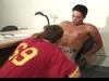 2 jeunes etudiants se pompent le dards en salle d\'étude