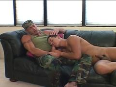 Une baise torride entre militaires gays