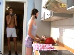Elle exhibe son corps dans la cuisine avant de sucer son mec