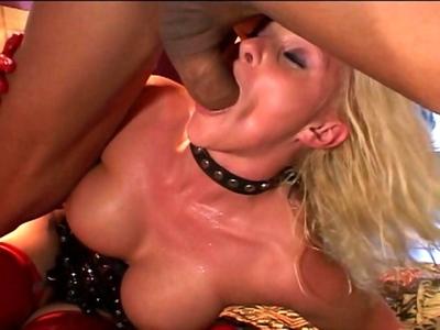 Cette vidéo est une pure merveille pour les amateurs de bombes sexuels fringués
