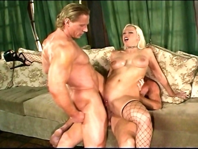 Nicky Hunter, pornstar mature à la superbe poitrine se caresse sur son canapé. E