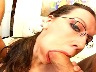 Alicia Alighatti est une belle brunette à forte poitrine et à lunettes. La secré