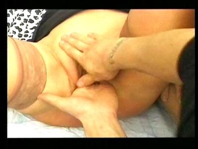 Porno Amateurs Vieille garce mature se prend un poing dans la chatte